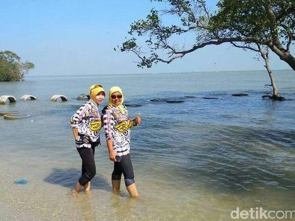 Lamongan Punya Pantai dengan Nama Nyeleneh, Kutang!
