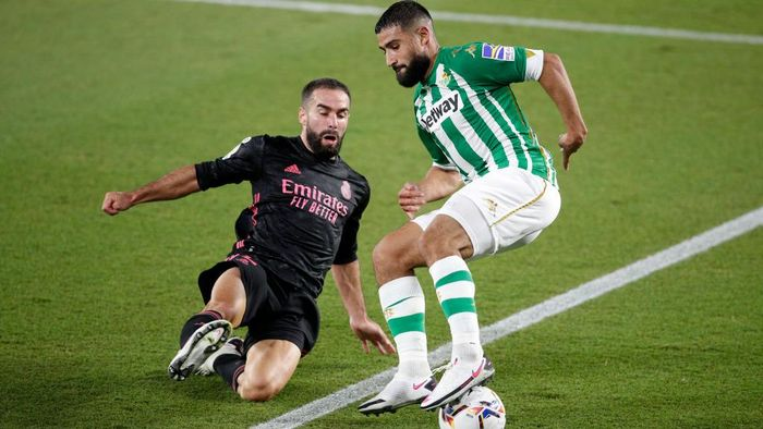 SEVILLE, SPAIN - SEPTEMBER 26: Nabil Fekir of Real Betis is challenged by Daniel Carvajal of Real Madrid during the La Liga Santader match between Real Betis and Real Madrid at Estadio Benito Villamarin on September 26, 2020 in Seville, Spain. Sporting stadiums in Spain remain under strict restrictions due to the Coronavirus Pandemic as Government social distancing laws prohibit fans inside venues resulting in games being played behind closed doors. (Photo by Fran Santiago/Getty Images)