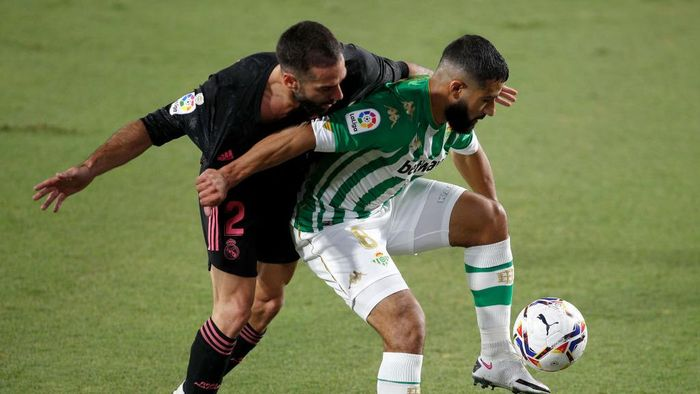 SEVILLE, SPAIN - SEPTEMBER 26: Daniel Carvajal of Real Madrid battles for possession with Nabil Fekir of Real Betis during the La Liga Santader match between Real Betis and Real Madrid at Estadio Benito Villamarin on September 26, 2020 in Seville, Spain. Sporting stadiums in Spain remain under strict restrictions due to the Coronavirus Pandemic as Government social distancing laws prohibit fans inside venues resulting in games being played behind closed doors. (Photo by Fran Santiago/Getty Images)