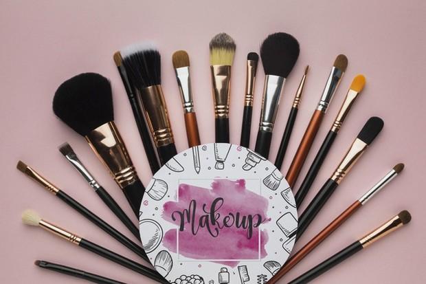 Brush dan alat makeup lainnya sangat mudah terkontaminasi jadi sebaiknya bersihkan secara teratur atau setiap hari.