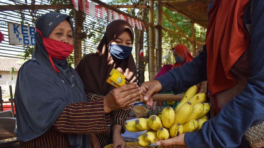 Unik! Di Pasar Ini Transaksi Pembayarannya Pakai Bambu