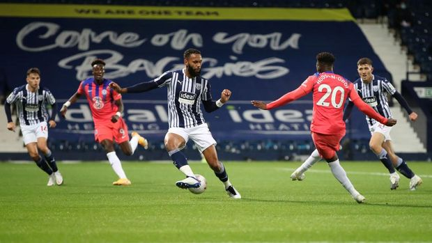 WEST BROMWICH, ENGLAND - SEPTEMBER 26: Callum Hudson-Odoi of Chelsea scores his sides second goal during the Premier League match between West Bromwich Albion and Chelsea at The Hawthorns on September 26, 2020 in West Bromwich, England. Sporting stadiums around the UK remain under strict restrictions due to the Coronavirus Pandemic as Government social distancing laws prohibit fans inside venues resulting in games being played behind closed doors. (Photo by Nick Potts - Pool/Getty Images)