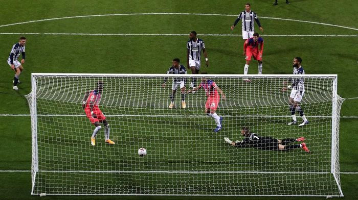 WEST BROMWICH, ENGLAND - SEPTEMBER 26: Tammy Abraham of Chelsea scores his teams third goal during the Premier League match between West Bromwich Albion and Chelsea at The Hawthorns on September 26, 2020 in West Bromwich, England. Sporting stadiums around the UK remain under strict restrictions due to the Coronavirus Pandemic as Government social distancing laws prohibit fans inside venues resulting in games being played behind closed doors. (Photo by Nick Potts - Pool/Getty Images)