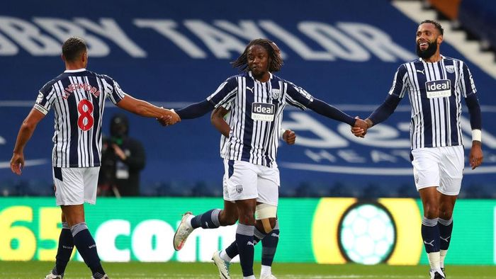 WEST BROMWICH, ENGLAND - SEPTEMBER 26: Kyle Bartley of West Bromwich Albion celebrates with teammates after scoring his sides third goal during the Premier League match between West Bromwich Albion and Chelsea at The Hawthorns on September 26, 2020 in West Bromwich, England. Sporting stadiums around the UK remain under strict restrictions due to the Coronavirus Pandemic as Government social distancing laws prohibit fans inside venues resulting in games being played behind closed doors. (Photo by Catherine Ivill/Getty Images)