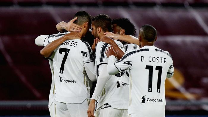 ROME, ITALY - SEPTEMBER 27:  Cristiano Ronaldo with his teammates of Juventus celebrates after scoring the teams second goal during the Serie A match between AS Roma and Juventus at Stadio Olimpico on September 27, 2020 in Rome, Italy.  (Photo by Paolo Bruno/Getty Images)