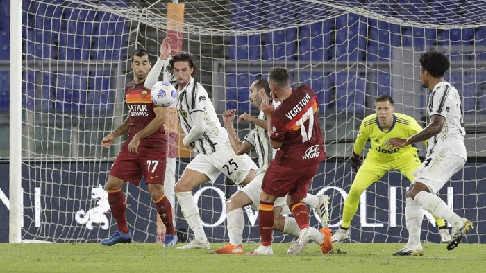 Juventus Adrien Rabiot, second left, blocks a shot with his hand to award Roma a penalty shot during the Italian Serie A soccer match between Roma and Juventus at Romes Olympic stadium, Sunday, Sept. 27, 2020. (AP Photo/Gregorio Borgia)