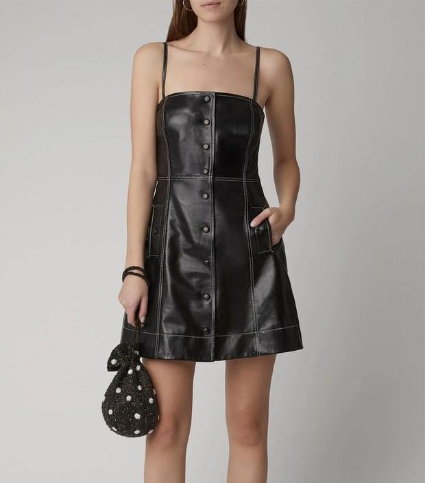 mengenakan leather strappy mini dress akan membuat kamu semakin cantik dan imut