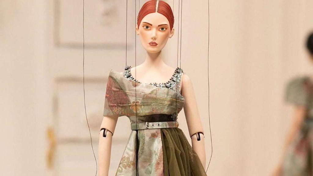 Ketika Model Manusia Digantikan dengan Boneka di Fashion Show Moschino