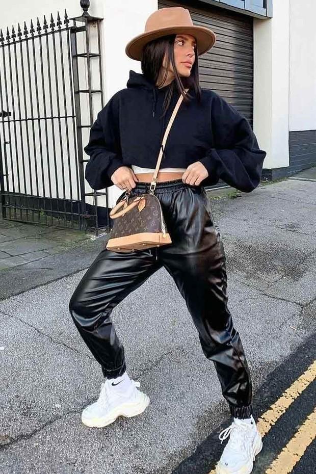 Kali ini coba ganti celana jogging katun kamu dengan faux-leather elastic waist pants!