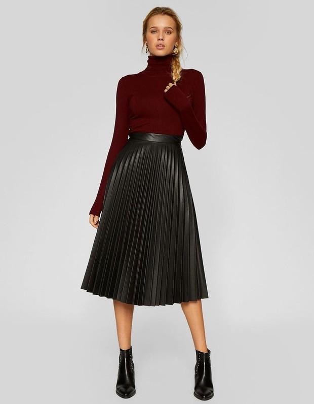 Midi skirt panjang seperti ini biasanya dibuat dari bahan katun tapi kali ini dari faux-leather yang lembut sehingga membuat kamu nyaman saat mengenakannya.