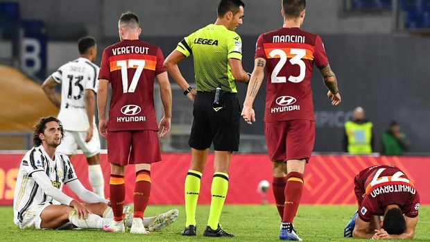 Juventus' French midfielder Adrien Rabiot (Bottom L) looks at Roma's French midfielder Jordan Veretout (3rdL) after fouling Roma's Armenian midfielder Henrikh Mkhitaryan (R) during the Italian Serie A football match Roma vs Juventus on September 27, 2020 at the Olympic stadium in Rome. (Photo by Tiziana FABI / AFP)
