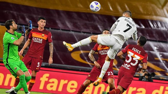 Juventus Portuguese forward Cristiano Ronaldo (Top R) heads the ball to score an equalizer past Romas Italian goalkeeper Antonio Mirante (L) during the Italian Serie A football match Roma vs Juventus on September 27, 2020 at the Olympic stadium in Rome. (Photo by Tiziana FABI / AFP)