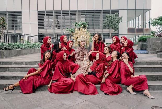 Maroon menjadi salah satu warna favorit yang sering dijadikan untuk seragam bridesmaid, termasuk hijabers.