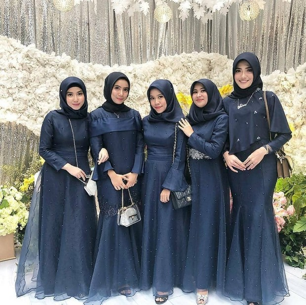 Selain warna-warna cerah, warna gelap seperti navy blue juga banyak dijadikan seragam bridesmaid untuk hijabers.