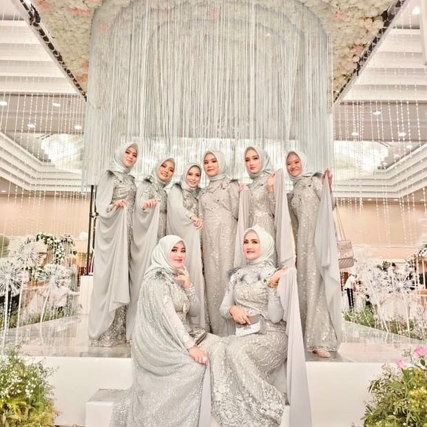 Light grey termasuk warna cantik untuk seragam bridesmaid serta dapat membuat penampilan tampak mewah, terlebih diberi tambahan payet.