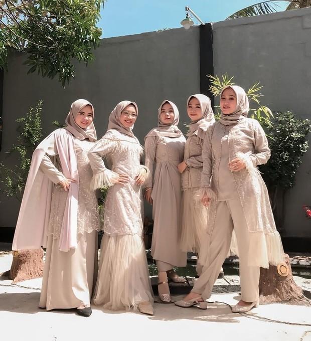 Nude menjadi warna favorit yang sering dikenakan bridesmaid. Warna ini cocok dikenakan untuk semua warna kulit dan dapat membuat penampilan tampak manis, feminim, juga mewah.