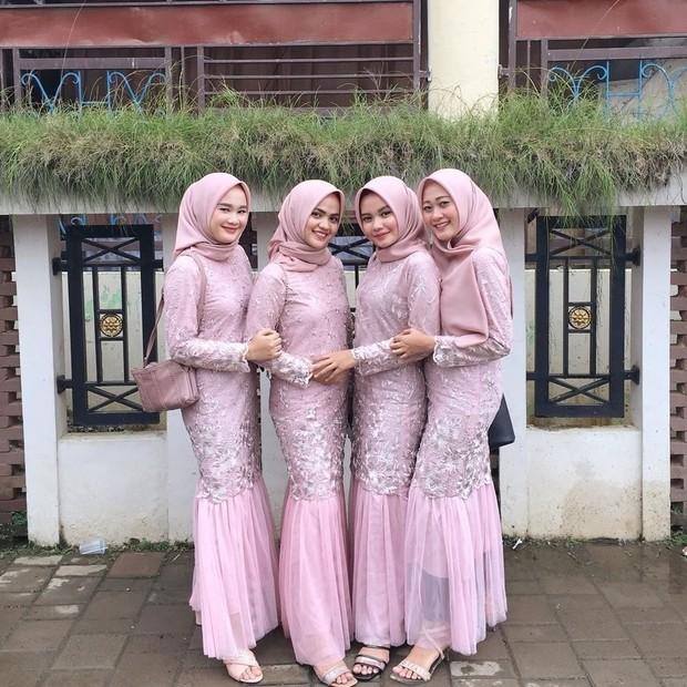 Pink pastel memang sangat cocok untuk dijadikan seragam bridesmaid. Warnanya yang begitu lembut akan membuat penampilan tampak feminim, cantik, dan menawan.