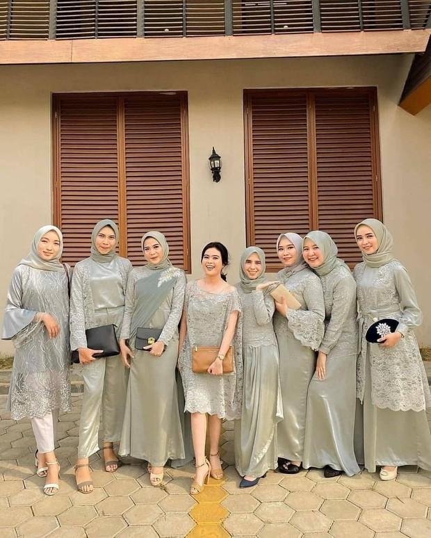 Hijau mint banyak dijadikan seragam bridesmaid karena dapat membuat penampilan terkesan lembut, cantik, dan menawan.