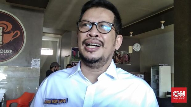 Calon Wali Kota Makassar nomor urut 4 Irman Yasin Limpo usai menemui warga di masa kampanye, Senin (28/9).