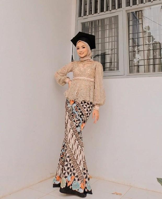 Model Kebaya Wisuda