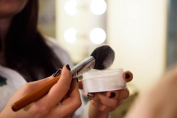 Cara memakai looae powder foundation