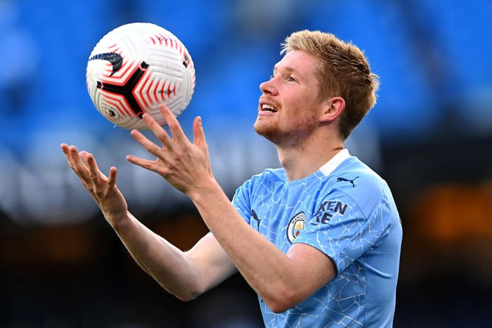 MANCHESTER, ENGLAND - SEPTEMBER 27: Kevin De Bruyne of Manchester City catches a ball during the Premier League match between Manchester City and Leicester City at Etihad Stadium on September 27, 2020 in Manchester, England. Sporting stadiums around the UK remain under strict restrictions due to the Coronavirus Pandemic as Government social distancing laws prohibit fans inside venues resulting in games being played behind closed doors. (Photo by Laurence Griffiths/Getty Images)