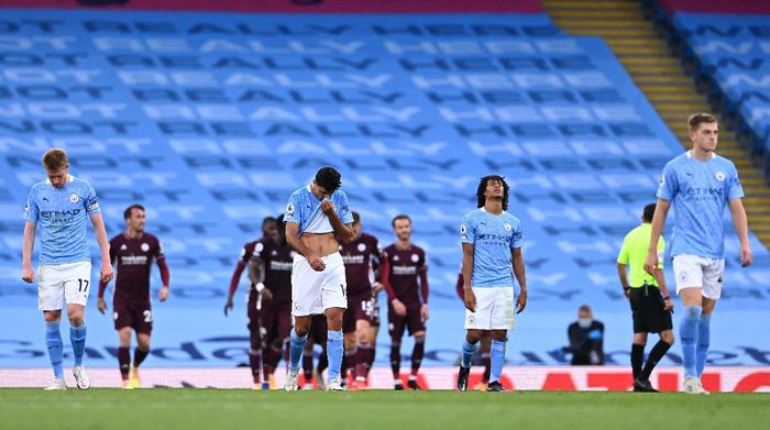 MANCHESTER, ENGLAND - SEPTEMBER 27: Players of Manchester City look dejected during the Premier League match between Manchester City and Leicester City at Etihad Stadium on September 27, 2020 in Manchester, England. Sporting stadiums around the UK remain under strict restrictions due to the Coronavirus Pandemic as Government social distancing laws prohibit fans inside venues resulting in games being played behind closed doors. (Photo by Laurence Griffiths/Getty Images)