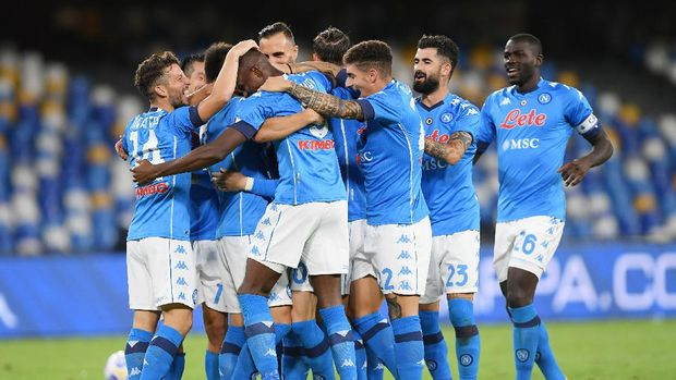 NAPLES, ITALY - SEPTEMBER 27: SSC Napoli players celebrate the 2-0 goal scored by Piotr Zielinski during the Serie A match between SSC Napoli and Genoa CFC at Stadio San Paolo on September 27, 2020 in Naples, Italy. (Photo by Francesco Pecoraro/Getty Images)