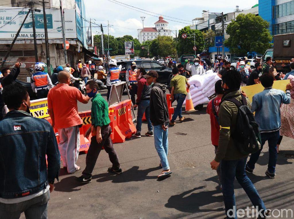 Video Pedagang Pasar Baru Bandung Buka Paksa Jalan Otista-Suniaraja