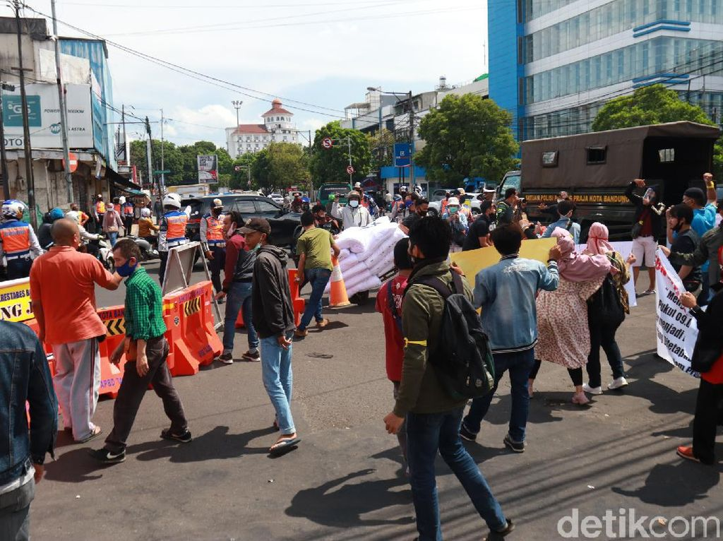 Protes ke Pemkot, Pedagang Pasar Baru Buka Paksa Jalan Otista-Suniaraja