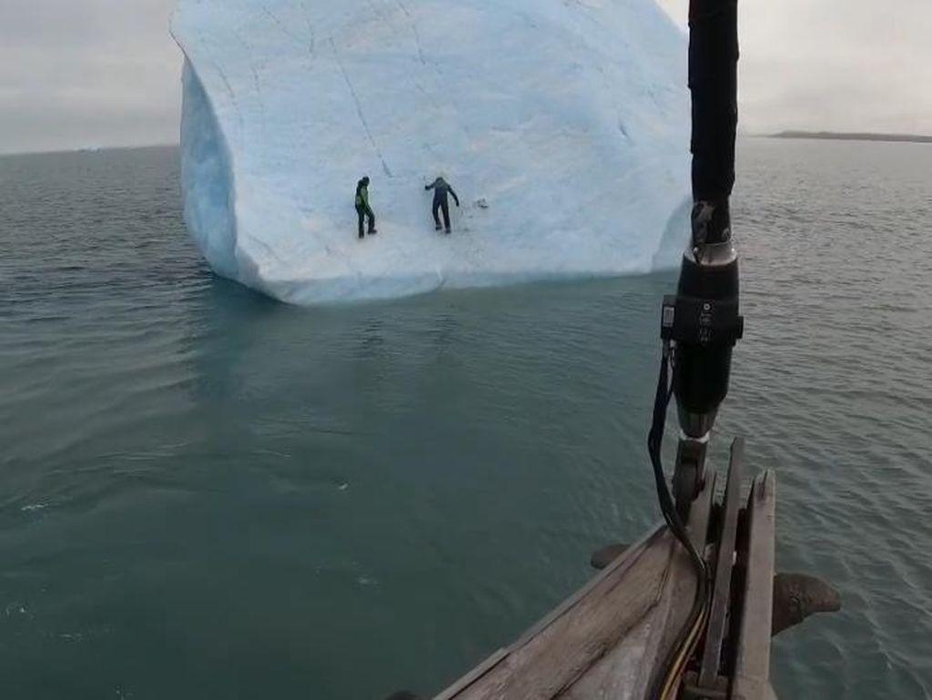 Bongkahan Es Tiba-tiba Terbalik di Lautan, 2 Penjelajah Hampir Tertimpa
