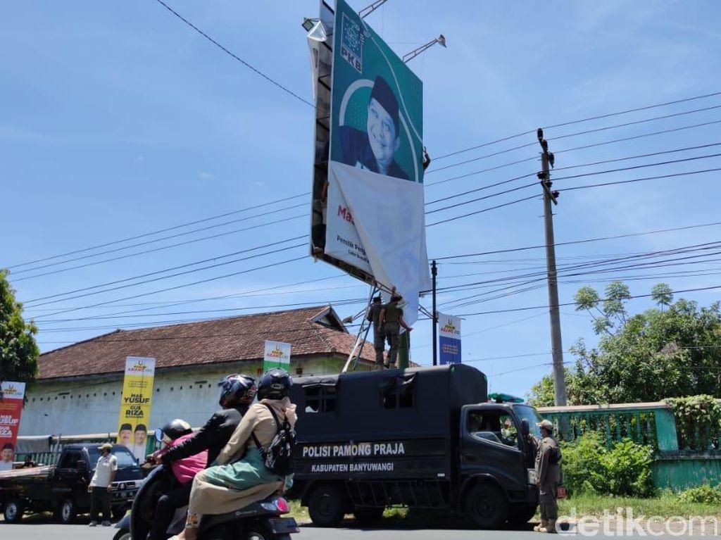 Bawaslu Banyuwangi Sapu Bersih Alat Peraga Kampanye Liar