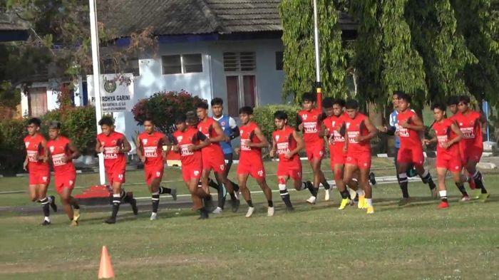 PSM Makassar jalani latihan di bawah arahan asisten pelatih PSM Herrie S di Lapangan Denhanud 474 Paskhas Yogyakarta, Senin (28/9/2020).