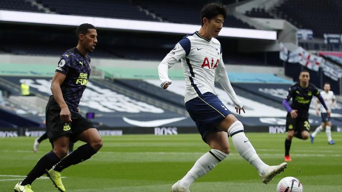 Tottenhams Son Heung-min, right, controls the ball during the English Premier League soccer match between Tottenham and Newcastle at the Tottenham Hotspur Stadium in London, Sunday, Sept. 27, 2020. (Andrew Boyers/Pool via AP)