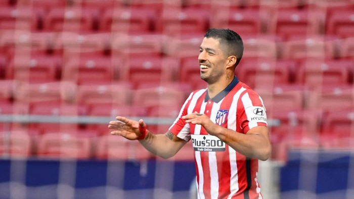 Atletico Madrids Uruguayan forward Luis Suarez celebrates after scoring during the Spanish league football match Club Atletico de Madrid  against Granada FC at at the Wanda Metropolitano stadium in Madrid on September 27, 2020. (Photo by GABRIEL BOUYS / AFP)