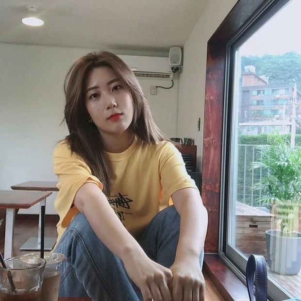 Dalam lirik lagu, Ji Yoon dianggap memberi serangan kepada mantan rekan segrupnya dahulu namun dibantah.