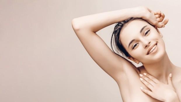 Kamu dapat menggunakan kapas yang sudah dibasahi dengan air kelapa untuk kulitmu dan kemudian dibilas. Kulit kamu akan terhidrasi dan Vitamin C yang terdapat dalam air kelapa akan bekerja sebagai pencerah kulit secara alami.