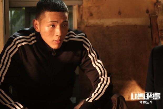 Karakter ini sepertinya pilihan yang tepat untuk Ji Soo karena Ia mampu menjiwai karakter detektif Gang Joo dengan sangat baik.