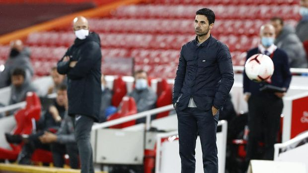 Arsenal's manager Mikel Arteta watches play during the English Premier League soccer match between Liverpool and Arsenal at Anfield in Liverpool, England, Monday, Sept. 28, 2020. (Jason Cairnduff/Pool via AP)