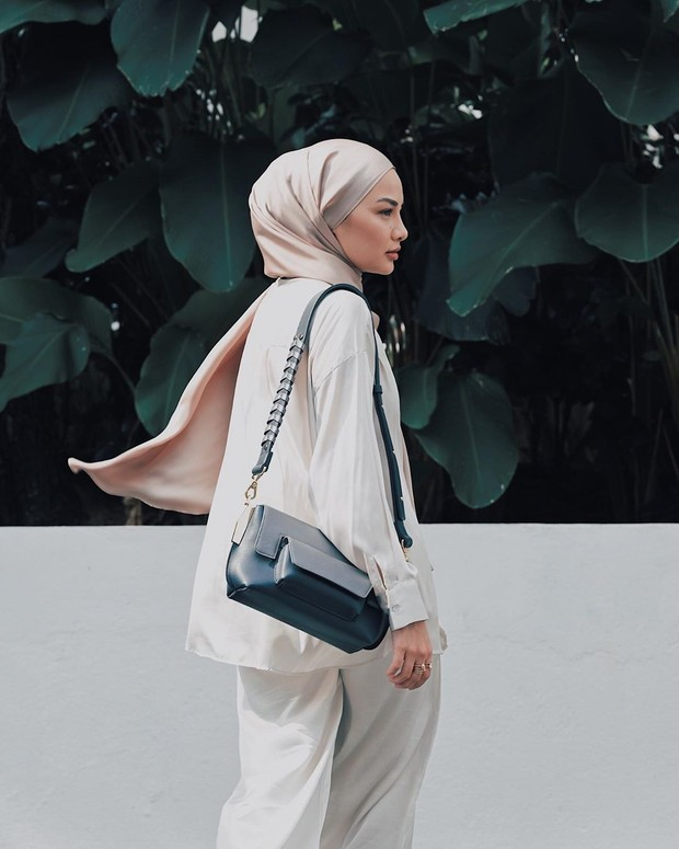 Bahan dan model hijab pashmina untuk kondangan.