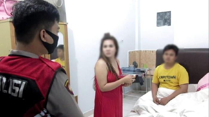 Foto: Polrestabes Palembang operasi penyakit masyarakat (pekat) di salah satu hotel. Ada empat pasangan bukan suami istri yang diamankan dari lokasi (dok. Istimewa)
