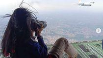 Ngeri! Aksi Fotografer Wanita RI Motret dari Ramp Door Pesawat