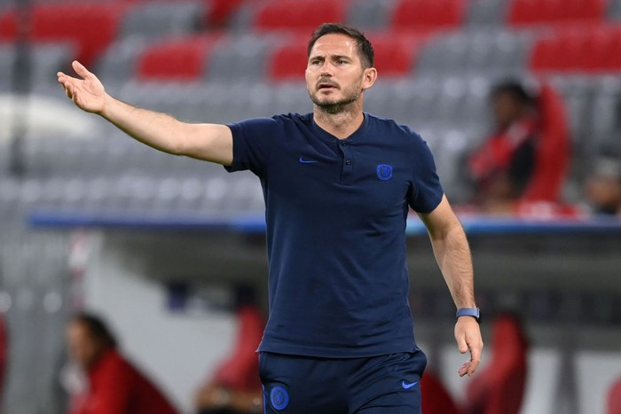 MUNICH, GERMANY - AUGUST 08: Frank Lampard, Manager of Chelsea  gives his team instructions during the UEFA Champions League round of 16 second leg match between FC Bayern Muenchen and Chelsea FC at Allianz Arena on August 08, 2020 in Munich, Germany. (Photo by Matthias Hangst/Getty Images)