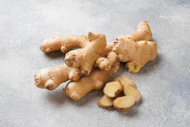 kamu bisa campurkan akar jahe yang dicincang atau jahe kering ke dalam tumisan, saus, marinades, sup bahkan minuman.