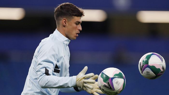 LONDON, ENGLAND - SEPTEMBER 23: Kepa Arrizabalaga of Chelsea warms up ahead of the Carabao Cup third round match between Chelsea and Barnsley at Stamford Bridge on September 23, 2020 in London, England. Football Stadiums around United Kingdom remain empty due to the Coronavirus Pandemic as Government social distancing laws prohibit fans inside venues resulting in fixtures being played behind closed doors. (Photo by Alastair Grant - Pool/Getty Images)