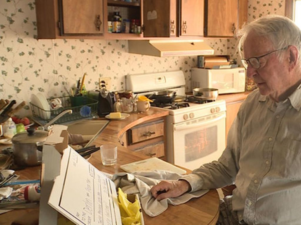 Haru! Momen Kurir Pizza 89 Tahun Dapat Tip Rp 178 Juta