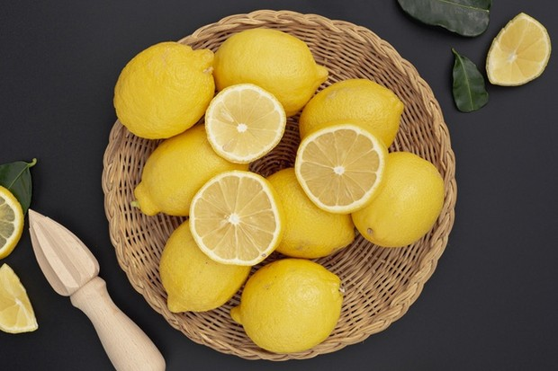 Karena air perasan lemon merupakan sumber asam, membuat itu mirip dengan garam yang menonjolkan cita rasa hidangan.