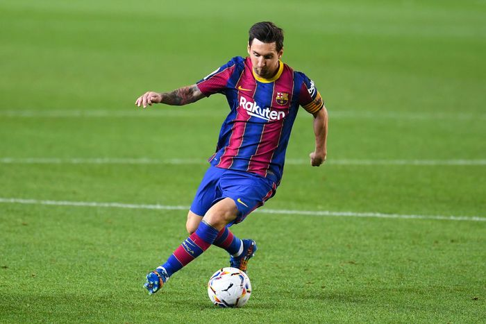 BARCELONA, SPAIN - SEPTEMBER 27: Lionel Messi of FC Barcelona runs with the ball during the La Liga Santander match between FC Barcelona and Villarreal CF at Camp Nou on September 27, 2020 in Barcelona, Spain. Football Stadiums around Europe remain empty due to the Coronavirus Pandemic as Government social distancing laws prohibit fans inside venues resulting in fixtures being played behind closed doors. (Photo by David Ramos/Getty Images)