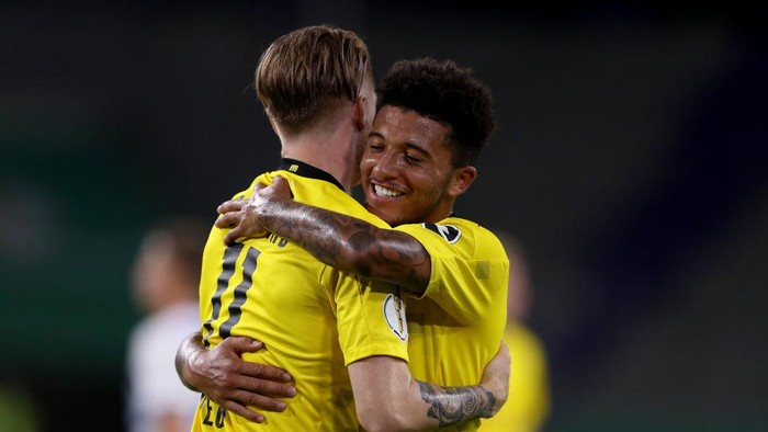 DUISBURG, GERMANY - SEPTEMBER 14: Marco Reus of Dortmund celebrates with Jadon Sancho during the DFB Cup first round match between MSV Duisburg and Borussia Dortmund at Schauinsland-Reisen-Arena on September 14, 2020 in Duisburg, Germany. (Photo by Lars Baron/Getty Images)