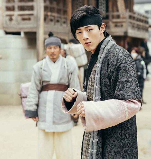 Kalian mungkin akan menangis setiap kali melihat Ji Soo di sepanjang serial ini. Pasalnya Wang Jung mengabdikan hidupnya untuk Hae Soo